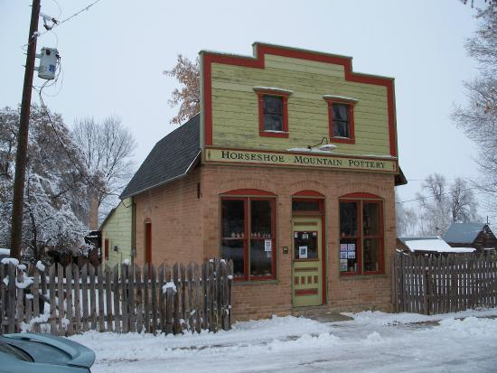 Spring City, Юта: Horseshoe Mountain Potter Shop on Main Street