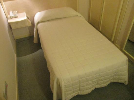 Hotel Bassetto: Smaller-size bed, but convenient buttons to turn off lights at bedside.