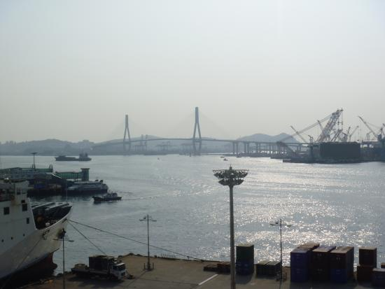 "Busan Harbor Bridge: ""Coastal Ferry Terminal""の展望デッキから見る"