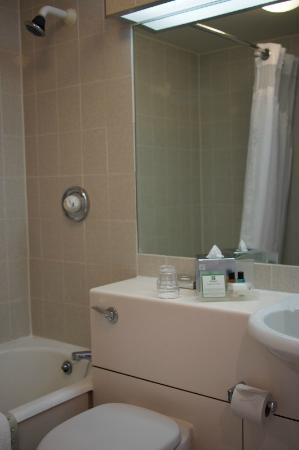 HI Heathrow Ariel - Bathroom - Picture of Holiday Inn London ...