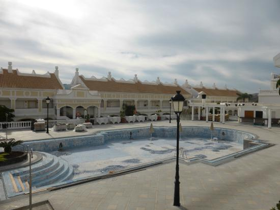 Salon salle a manger picture of hollywood mirage for Piscine wattignies