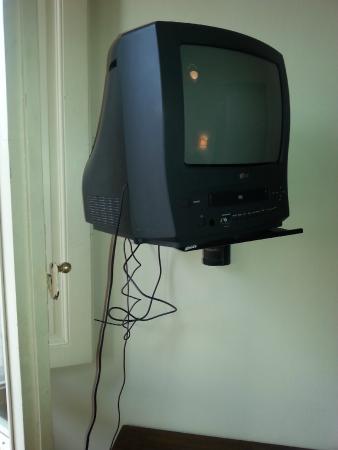 Airone Hotel: tele vecchia e senza telecomando quindi inutile