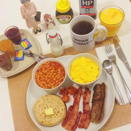 Twinkie Breakfast & Lunch: English Breakfast (organic eggs, baked beans, bacon, english sausage, crumpet)