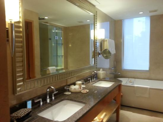 Four Seasons Hotel Mumbai Bathroom