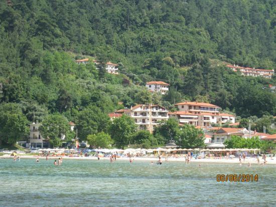 Blue Sea Beach Hotel : вид на пляж со стоянки катеров