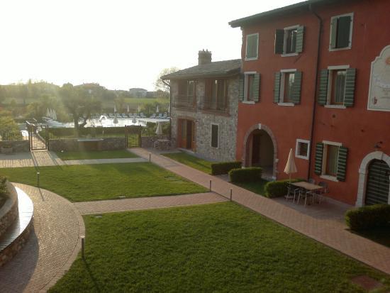 Residence Borgo Mondragon: giardino con piscina