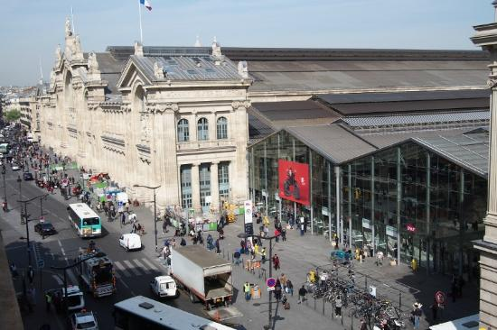 Picardy Hotel: View of Gare du Nord from room