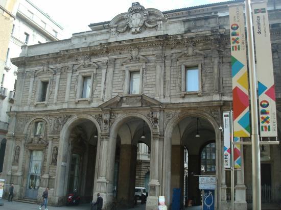 Palazzo Giureconsulti : Il fronte con gli archi su Passaggio Santa Margherita
