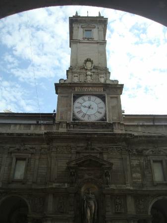 Palazzo Giureconsulti : La torre dell'orologio vista dalla Loggia dei Mercanti