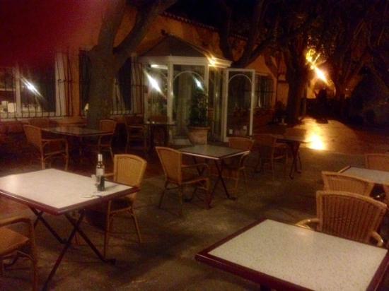 La Touloubre : Außenterrasse am Abend