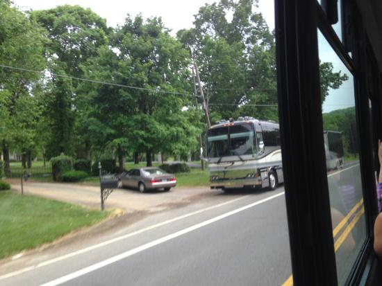 Tommy's Tours : Phil Vassar's tour bus and driveway