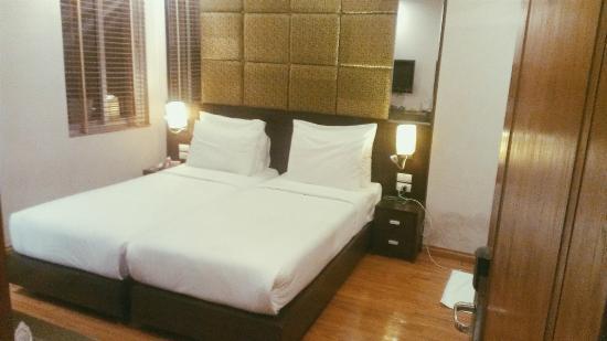 Rising Dragon Hotel: Bed.