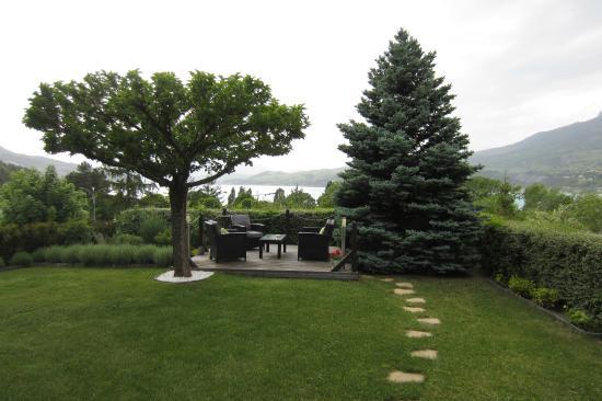 Hotel Les Chaumettes : Le jardin face au lac