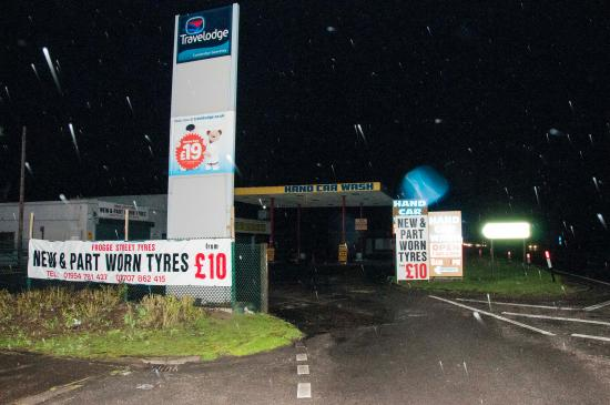 Swavesey, UK: View of entrance to Travle lodge from A14 (the ONLY entrance)  is though a working hand car wash