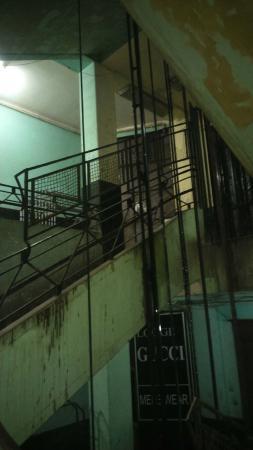 Miami Cairo Hostel: Hall de entrada (Não se assustem, depois melhora um pouco)