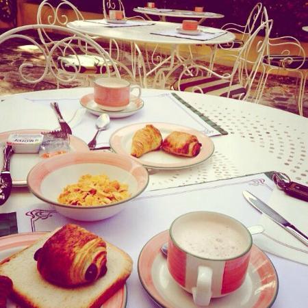 Hôtel Carlton – Beaulieu-sur-mer : Petit déjeuner en terrasse