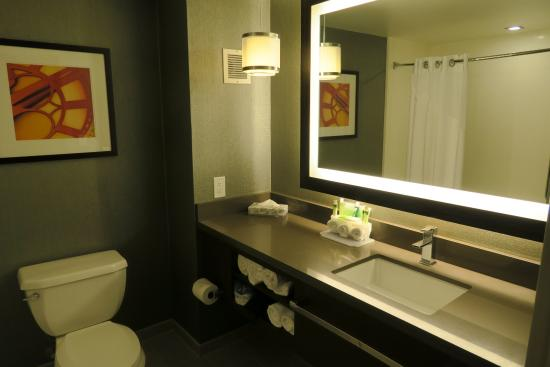 Holiday Inn Express: The bathroom was super- clean and modern