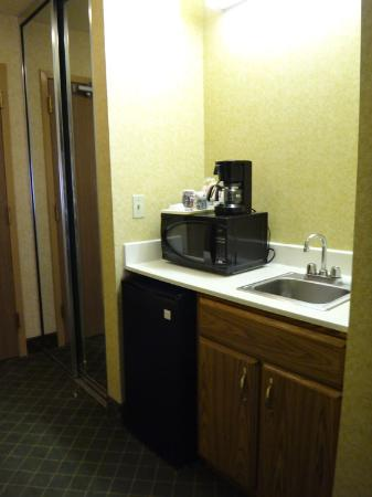 Comfort Inn & Suites Los Alamos: fridge and bar area