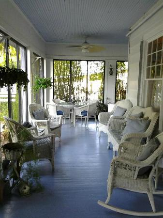 Inn Shepard's Park Bed and Breakfast : Eat and relax in the screened porch area