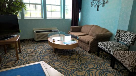 Microtel Inn & Suites by Wyndham Riverside : The lobby is looking good and clear of anyone not supposed to be there.