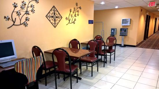 Microtel Inn & Suites by Wyndham Riverside : The breakfast area is very small, but clean and tidy.