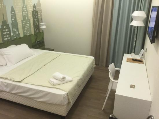 Corte Quadri: Queen size bed view from entrance