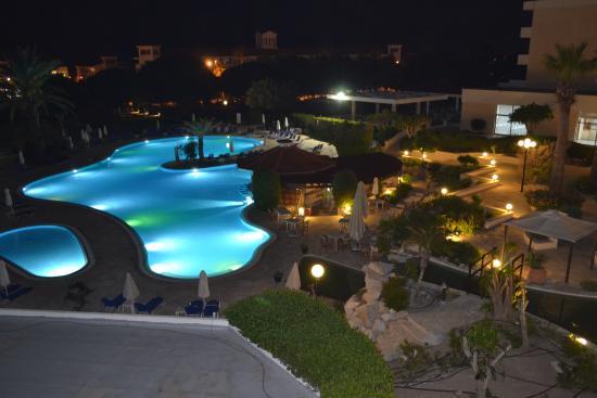 Avanti Hotel: Вид на территорию ночью