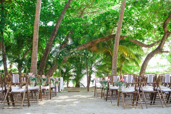 Florblanca Resort: Ceremony on the sand, under the palm trees.