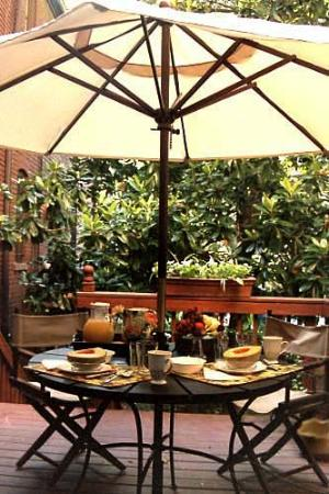 Chester Arthur House B & B at Logan Circle : Breakfast on the deck