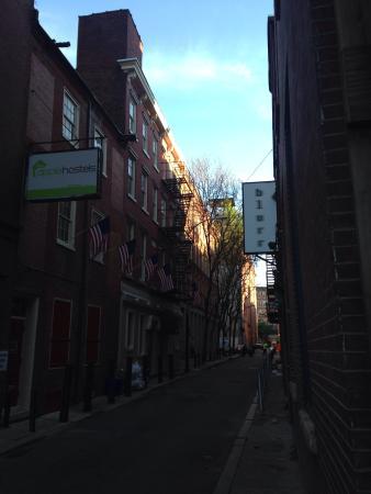 Apple Hostels Philadelphia: ホステル前の通り