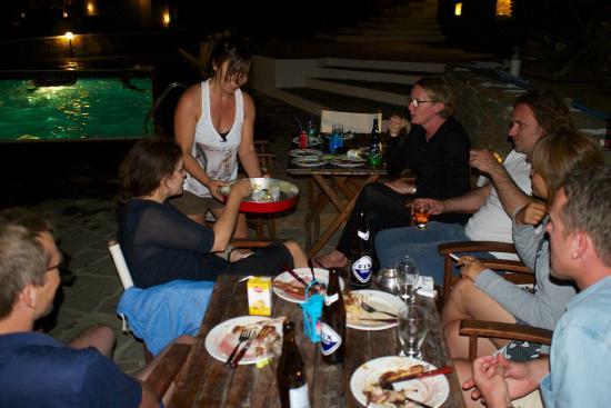Cape Napos: Silvia et des clients lors d'une petite fête improvisée pour les clients de l'hôtel