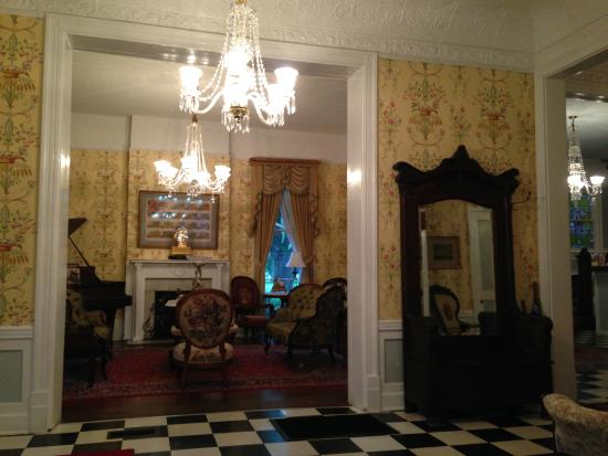 Park View Guest House: Entry and parlor