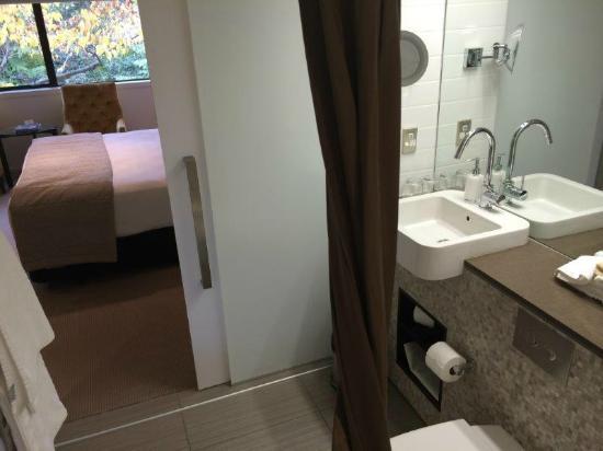 The George Christchurch: good sized bathroom