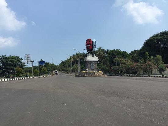 Alau Alau Resort: Pics of the resort area. Note turn off the highway at the two faces monument.