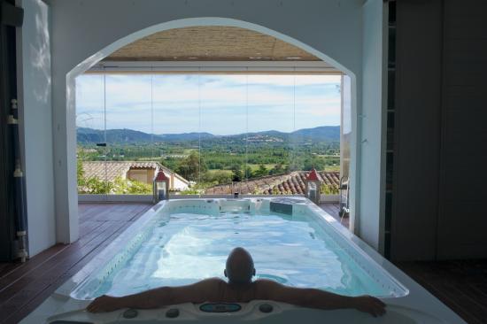 Mouramour : Espace jacuzzi / bassin aquabike