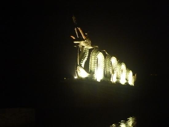 Sunset Westlake Hanoi Hotel: ホテル近くの西湖公園のモニュメント