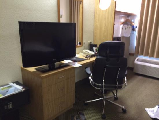 Sleep Inn: TV and desk area