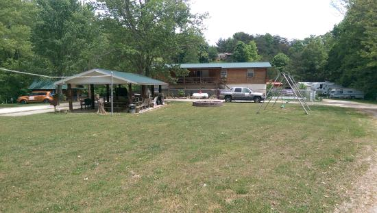 Deep Valley Campground : This is centered in the campground so you may always keep track on the children. Pavillion, voll