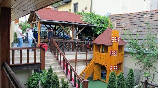 Alabardos Panzio: yard + playground