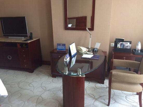 Grand Metropark Yuantong Hotel: Desk & TV