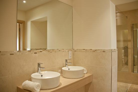 Weald of Kent Golf Course & Hotel: Master Suite bathroom