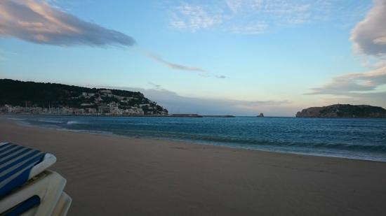 Apartamentos Sa Gavina Gaudí: Пляж, между порывами ветра, выглядит очень мило.