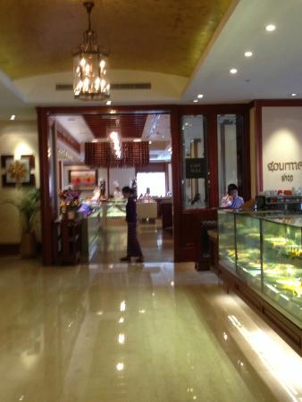 Cafe Sule: Entrée du restaurant via l'hôtel Shangri-La