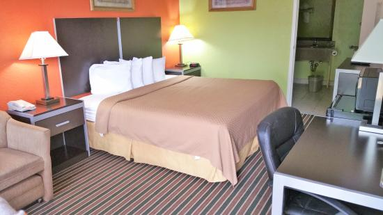 Americas Best Value Inn & Suites - Lafayette North/I-10 : KING BED