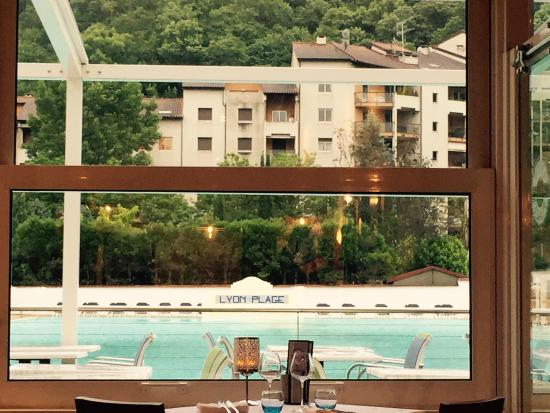 Bar facing the outdoor swimming pool picture of hotel for Pool show lyon france