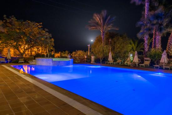 Agriturismo Il Granaio : piscina di sera