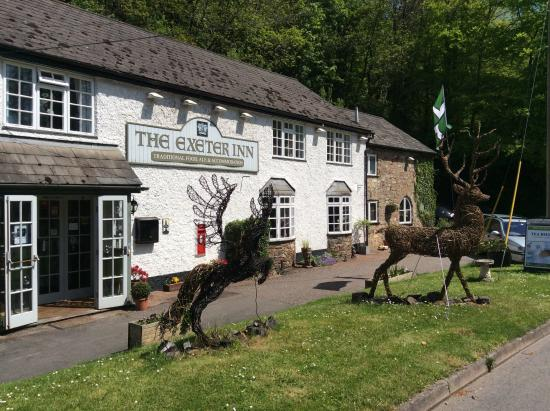 The Exeter Inn: Lovely Willow animals border the road