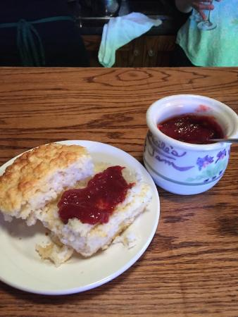 Lucile's Restaurant: Againwith the bisquit
