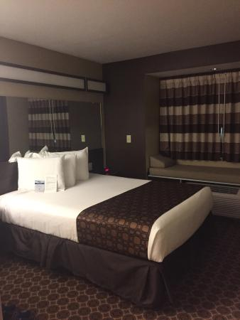 Microtel Inn & Suites by Wyndham Buckhannon: I love the window bed!!! This room could sleep 5!