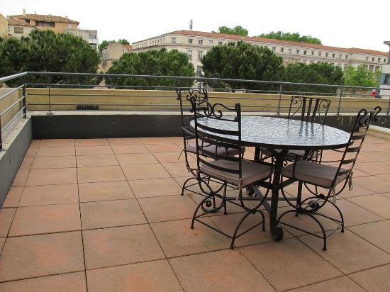 Thames Residence Hotel: Patio Furnishings (#168).